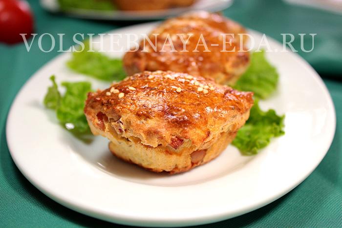 маффины с ветчиной и сыром на тарелке