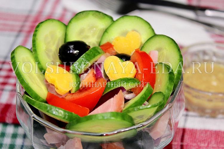 Салат из свежих овощей и ветчиной