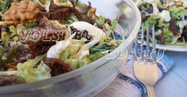 Салат с латуком, рукколой и вялеными помидорами