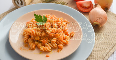 Паста с нутом и консервированными томатами в собственном соку