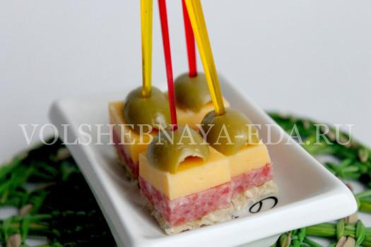 Бюджетный вариант закуски с сыром, колбасой и оливками.