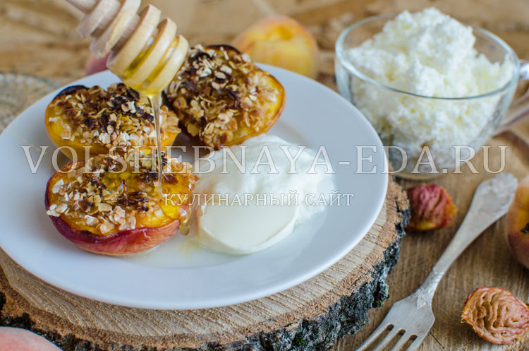 Персики, запеченные с овсяными хлопьями