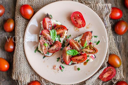 brusketta-s-krem-syrom-pomidorami-balzamikom-9