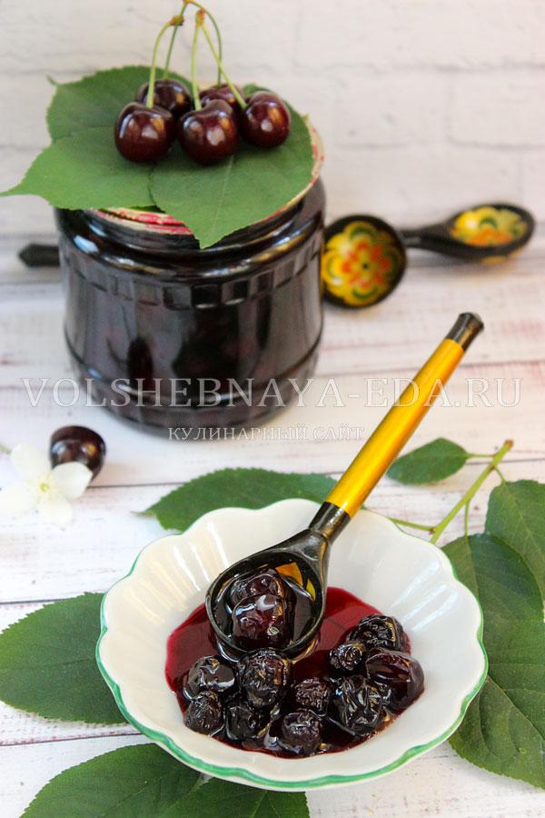 Густое вишневое варенье с косточками