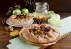 Галета с виноградом и яблоками