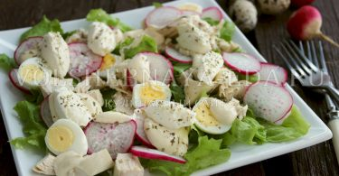 Салат с курицей и перепелиными яйцами