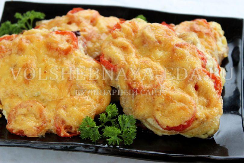 Свинина, запеченная в духовке с помидорами и сыром