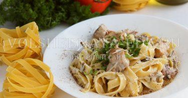 Фетучини с курицей и грибами в сливочном соусе