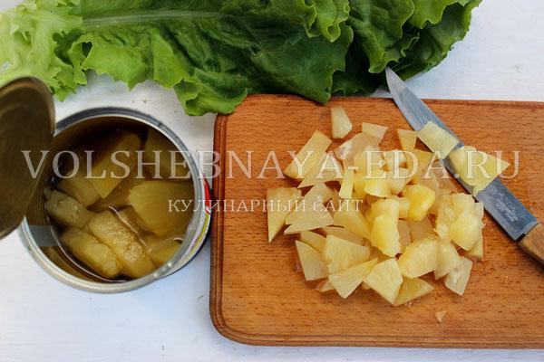 salat s kuricej ananasom i suharikami 3