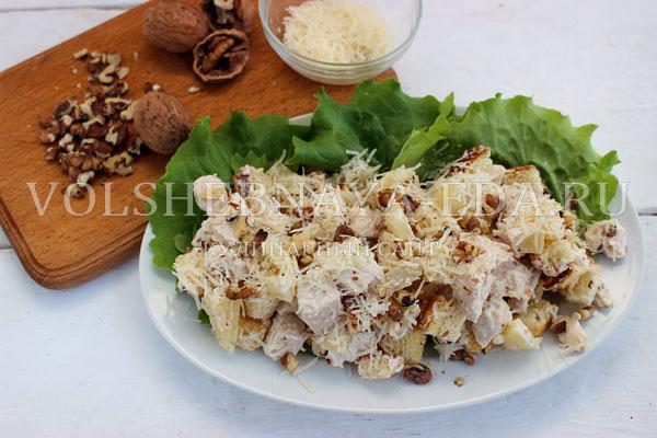 salat s kuricej ananasom i suharikami 5