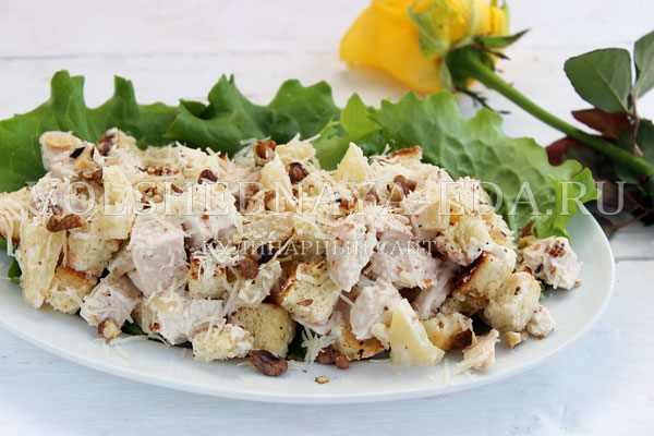 salat s kuricej ananasom i suharikami 7