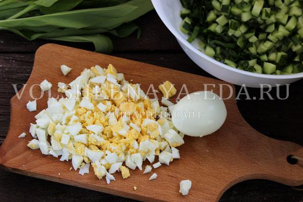 salat s cheremshoj yajcom i ogurcom 4