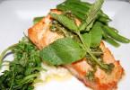 Жареный лосось с горошком