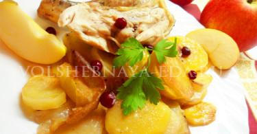 Курица, фаршированная яблоками и клюквой