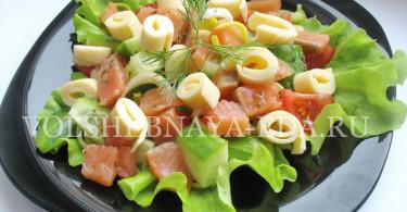 Салат из красной рыбы и свежих овощей
