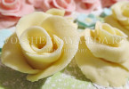 розы из разноцветной мастики