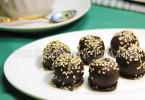 Шоколадные конфеты с сухофруктами, медом и кунжутом