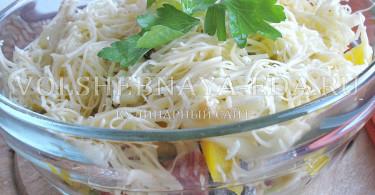 Салат слоеный с копченой колбасой