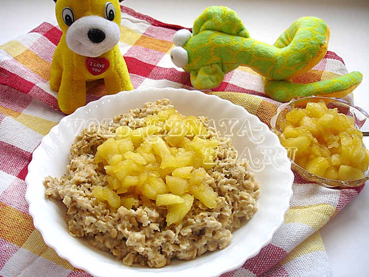Овсяная каша с яблоками на завтрак для ребенка