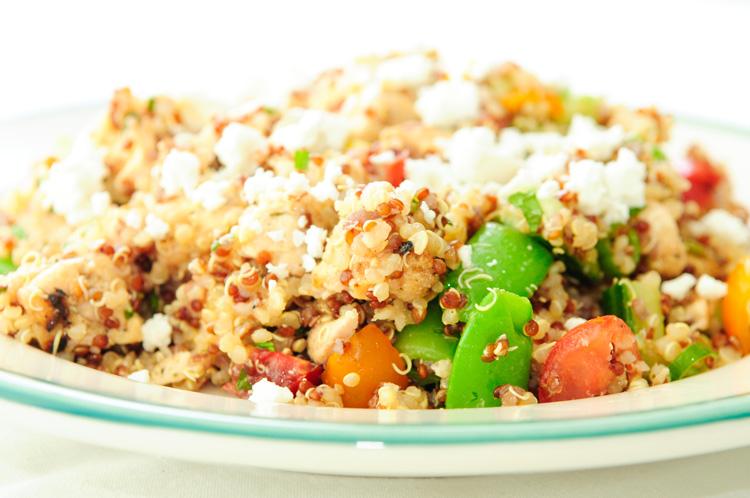 Вегетарианский салат с нутом, киноа и фетой