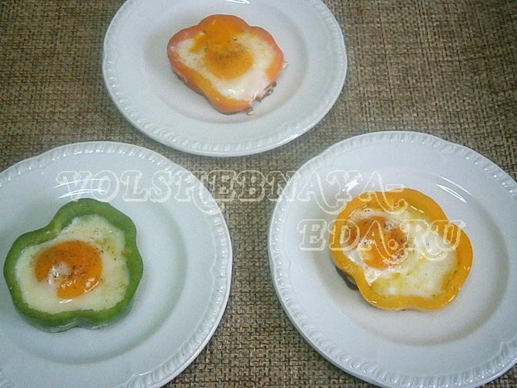 Разноцветные жареные яйца