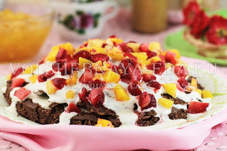 шоколадный торт с клубникой и ананасами