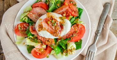 Яйцо пашот в салата с щавелем