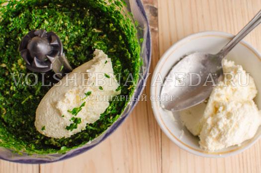 pesto-iz-petrushki-s-krem-syrom-i-greckimi-orehami-5