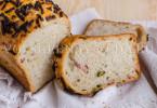 Хлеб с беконом и оливками