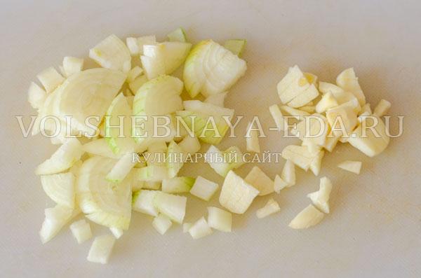 italjanskij-sup-s-tomatami-i-hlebom-3