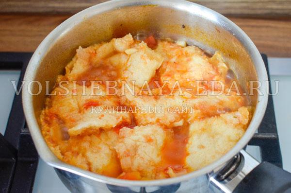 italjanskij-sup-s-tomatami-i-hlebom-8