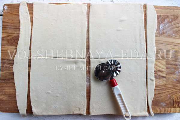Конвертики из слоеного теста с курицей - рецепт пошаговый с фото