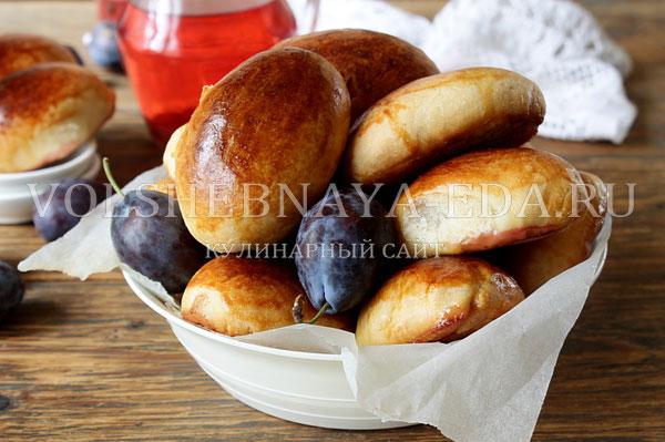 Пирог со сливами из дрожжевого теста - рецепт пошаговый с фото