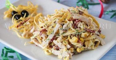 Салат с яичными блинчиками и курицей