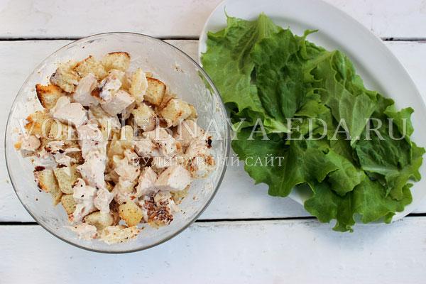 salat s kuricej ananasom i suharikami 4