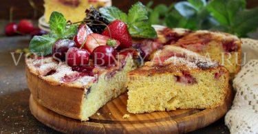 Шарлотка с ягодами (клубника+черешня)