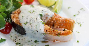 Стейк из лосося под сливочным соусом с укропом