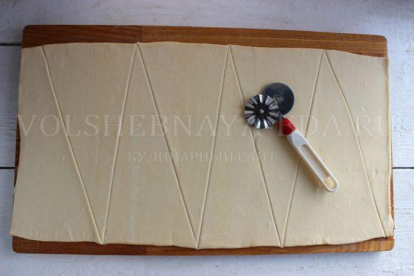 Рогалики с вареной сгущенкой из слоеного теста - рецепт пошаговый с фото
