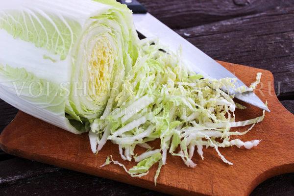 salat s pekinskoj kapustoj, kuritsej i suharikami 1
