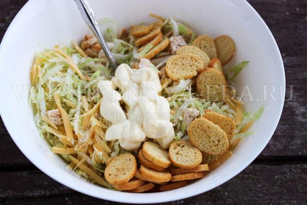 salat s pekinskoj kapustoj, kuritsej i suharikami 4
