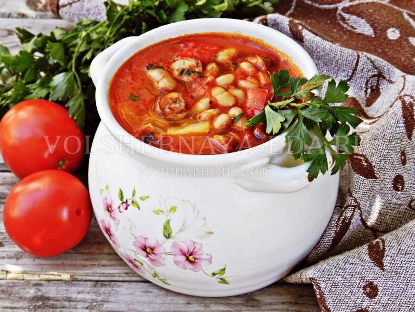 Острый суп с перцем, фасолью и колбасками