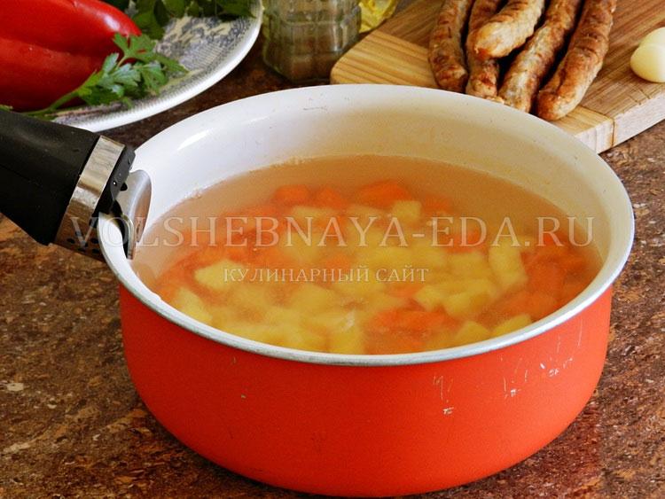 ostryj sup s pertsem, fasolyu i kolbaskami 3