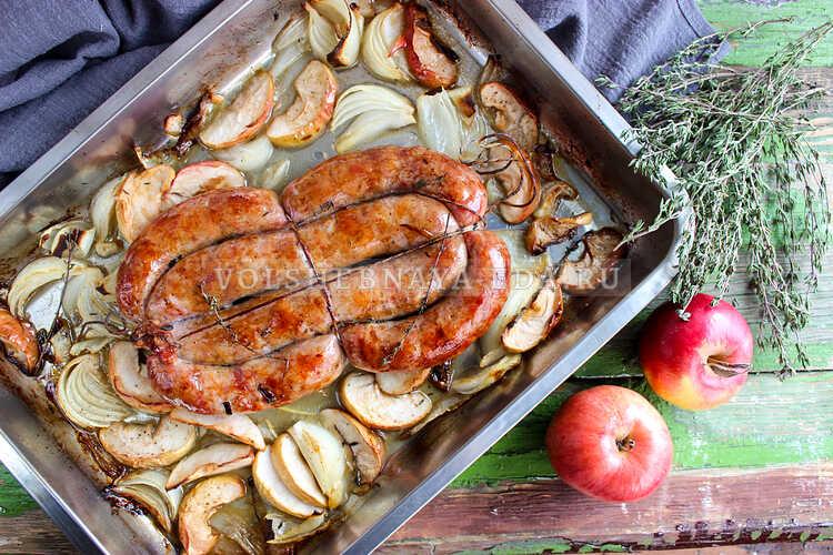 Колбаски с яблоками и луком