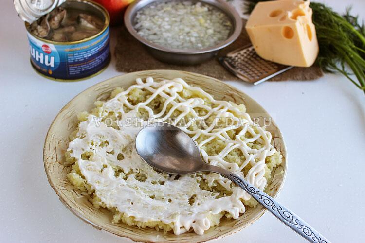 salat mimoza s yablokami i syrom 2
