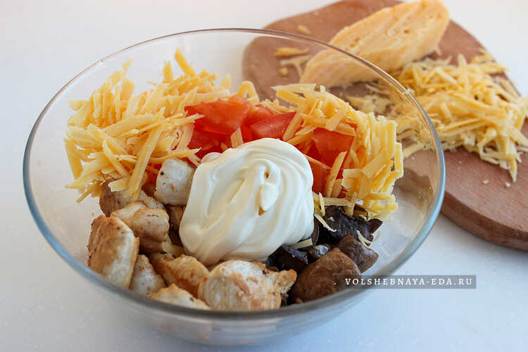 salat s kuritsej, syrom, gribami i pomidorami 5