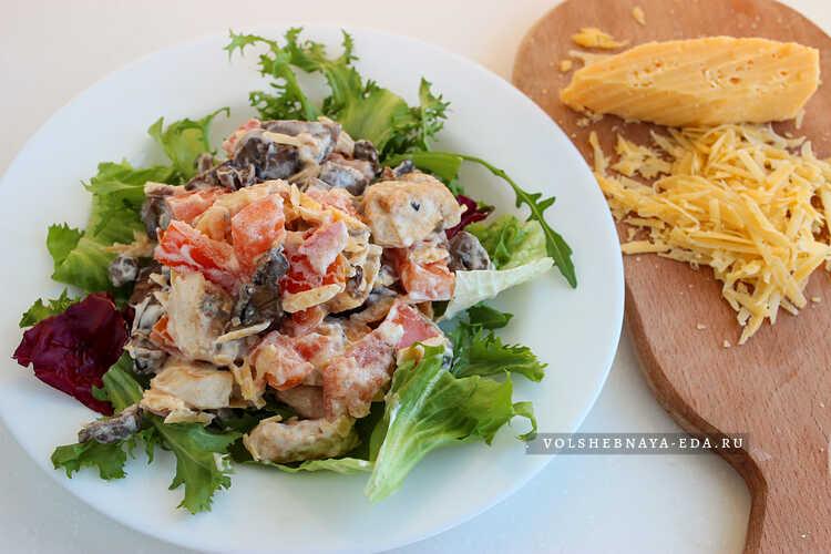 salat s kuritsej, syrom, gribami i pomidorami 6