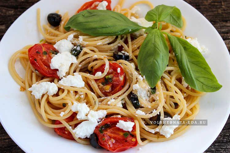 spagetti s pomidorami malinami i fetoj 6
