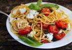 Спагетти с помидорами, маслинами и фетой