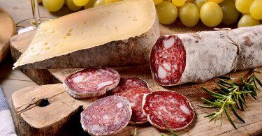 Как дольше сохранить колбасы и сыр