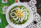 Салат «Ромашка» с зеленым луком и яйцами